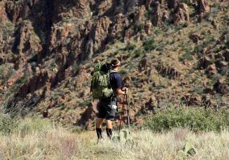 バックパックを背負って Mazatal 山, アリゾナ州