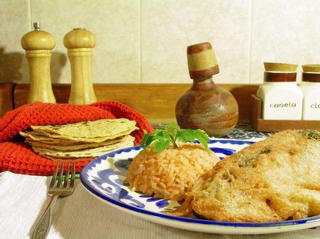 Traditionele Mexicaanse schotel, gevulde chili en tortilla's