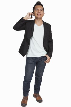 Freddo uomo d'affari asiatico attraente gesto parlando sul cellulare Archivio Fotografico - 24296915