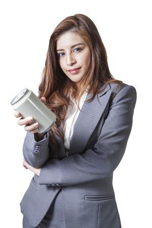 Giovane bruntte affari donna attraente che presentano lattina grigio di soft drink su sfondo bianco Archivio Fotografico - 28831906