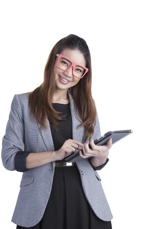 Donna d'affari di tablet computer utilizzando digital tablet PC felice isolato su sfondo bianco Bella razza mista asiatica con un dito sul display touch screen Archivio Fotografico - 30306948