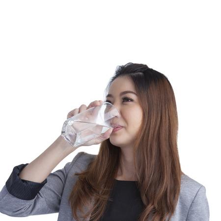 acqua bicchiere: Giovane di acqua potabile imprenditrice su vetro acqua isolato su sfondo bianco