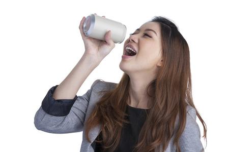 Donna che beve mostrando vuoto lattina Eccitato felice urlando girl holding bevanda energetica o altra bevanda Asian indoeuropeo modello femminile su sfondo bianco Archivio Fotografico - 30456962