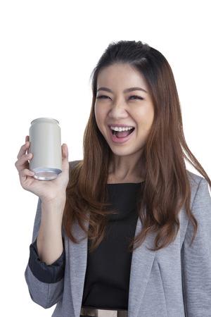 Giovane bruna businesswoman presentando una lattina di bibita isolato su sfondo bianco Archivio Fotografico - 30456968