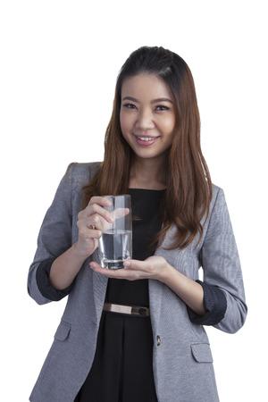 acqua bicchiere: Giovane imprenditrice mostrando acqua sul vetro acqua isolato su sfondo bianco