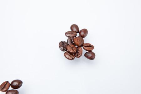 cafe colombiano: Mont�n de los granos de caf� aislados en el fondo blanco. Foto de archivo