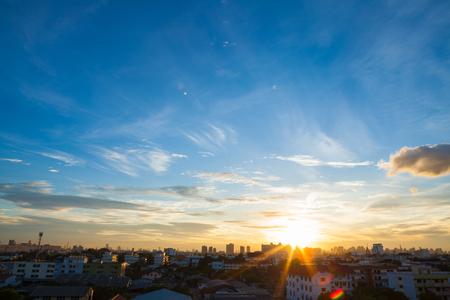 Vista aérea de la espectacular puesta de sol y el amanecer / Cielo azul en Bangkok Foto de archivo - 45888622