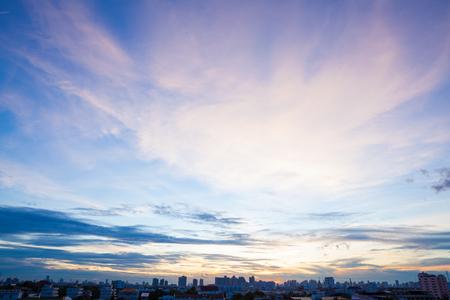 Vista aérea de la espectacular puesta de sol y el amanecer  Cielo azul en Bangkok Foto de archivo
