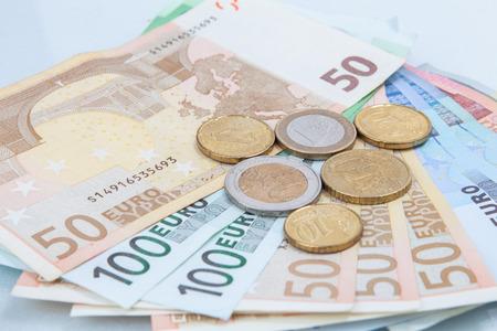 Euro monete in denaro e banconote in studio su sfondo bianco. Archivio Fotografico - 62172937