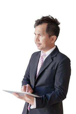 Giovani uomini d'affari del ritratto che usando touchpad, schermo attivabile al tatto del fuoco per ridurre in pani per il presente isolato su priorità bassa bianca. hanno tracciati di ritaglio. Archivio Fotografico - 94159327