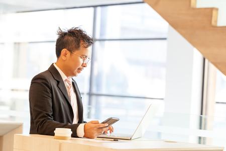Uomo d'affari facendo operazioni bancarie online, effettuare un pagamento o acquistare beni su Internet inserendo i dettagli della sua carta di credito su un computer portatile, vista ravvicinata delle sue mani Archivio Fotografico - 94159334