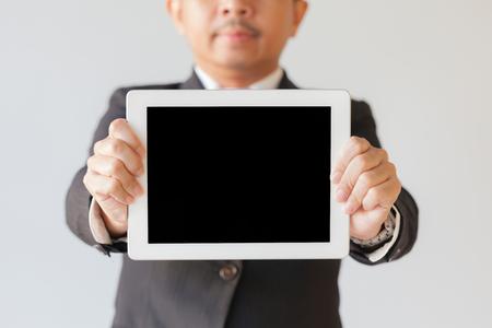 Uomo d'affari con tavoletta digitale isolato su sfondo bianco Archivio Fotografico - 94159335
