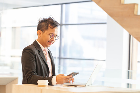 Uomo d'affari facendo operazioni bancarie online, effettuare un pagamento o acquistare beni su Internet inserendo i dettagli della sua carta di credito su un computer portatile, vista ravvicinata delle sue mani Archivio Fotografico - 94159337