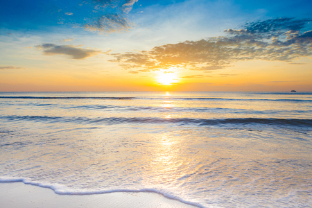 Alba luminosa sopra la spiaggia impressionante alla spiaggia di Hua Hin, Tailandia.