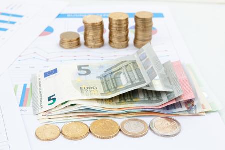 Grafico e grafici finanziari e di affari, moneta e banconote dei soldi dell'euro Archivio Fotografico - 92523098