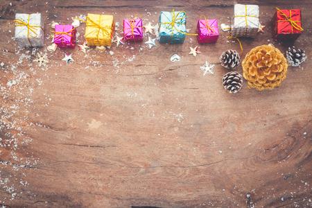 Sfondo di Natale con decorazioni e scatole regalo sul bordo di legno Archivio Fotografico - 92523103