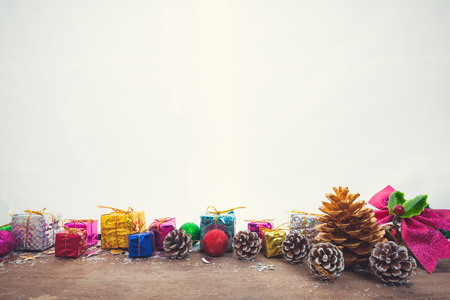 Sfondo di Natale con decorazioni e scatole regalo sul bordo di legno Archivio Fotografico - 92523104