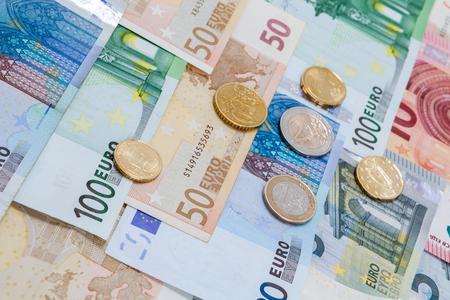 Euro monete e banconote dei soldi in studio su fondo bianco. Archivio Fotografico - 92522999