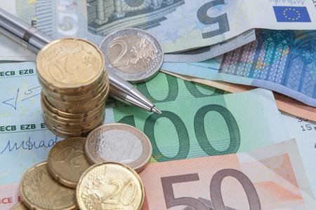 Priorità bassa di finanze con soldi, cion e fattura o banconote. Archivio Fotografico - 92523036