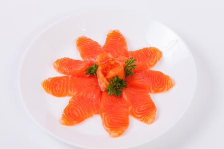 Fette di sashimi di salmone di cibo giapponese su un piatto bianco, sfondo bianco isolato. Archivio Fotografico - 92523055