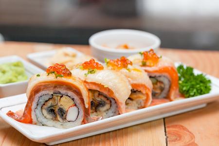 Maki. Il maki del primo piano ha messo al piatto bianco sulla tavola di legno. concetto di cibo giapponese. Archivio Fotografico - 92523058