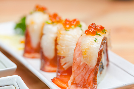 Maki. Il maki del primo piano ha messo al piatto bianco sulla tavola di legno. concetto di cibo giapponese. Archivio Fotografico - 92523059