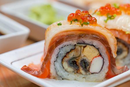 Maki. Il maki del primo piano ha messo al piatto bianco sulla tavola di legno. concetto di cibo giapponese. Archivio Fotografico - 92523107