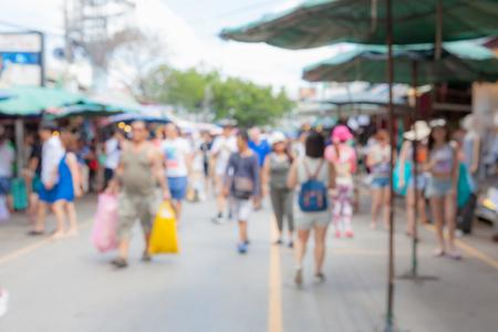 Acquisto turistico della sfuocatura astratta nel mercato di fine settimana di Chatuchak all'aperto nel fondo di Bangkok Tailandia di giorno soleggiato. Archivio Fotografico - 92523117