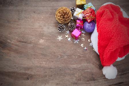 Priorità bassa di natale con la sfera di natale, regalo, cappello rosso e neve su una priorità bassa di legno / priorità bassa di natale Archivio Fotografico - 92523092