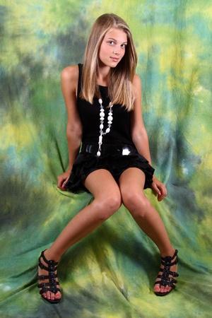 blonde yeux bleus: portrait en studio de femme blonde