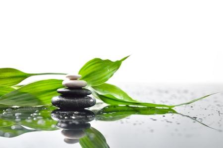 massage: spa background avec piramid galets et bambou Banque d'images