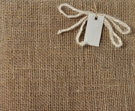 Tela marrón de arpillera Textura del fondo con etiqueta para el texto