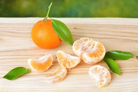 Mandarinas con las hojas en una mesa de madera. Foto de archivo - 21565666