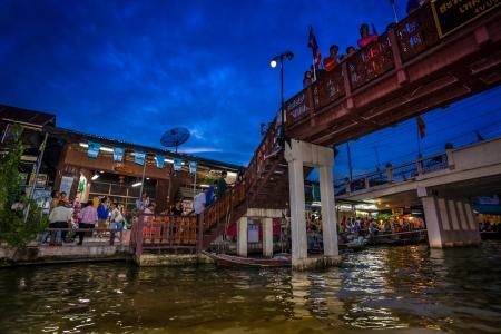 march� flottant: Amphawa march� flottant Banque d'images