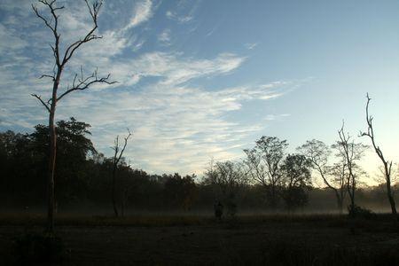 Beautiful formation des nuages dans le ciel bleu par un matin brumeux Banque d'images