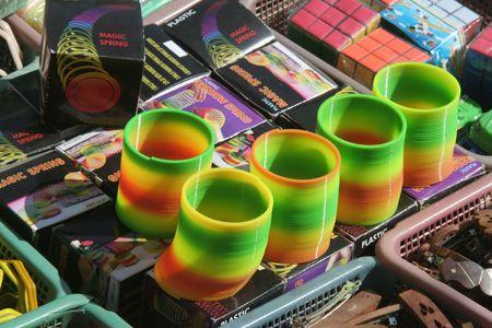 Belle exposition de multi-couleurs de bracelets et d'autres jouets