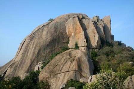 Montagne de roches vertes de v�g�tation entre les deux