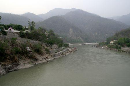 Apr�s coule � travers la r�gion montagneuse, la rivi�re Ganga commence son voyage dans les plaines pr�s de Rishikesh en Maharashtra, Inde, Asie