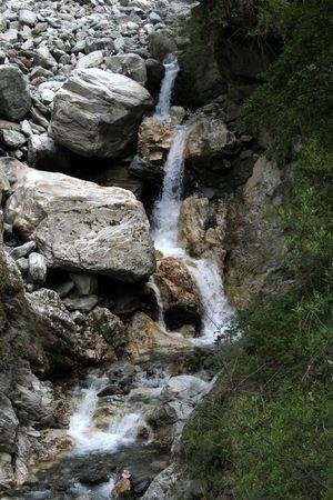 Brook tombant en �tapes entre les roches et de cailloux dans la vall�e