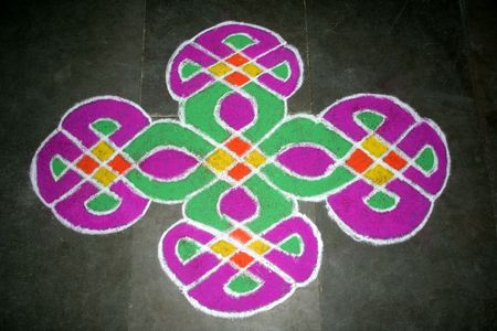 Skillful rangoli handiwork design using coloured stone powder Standard-Bild