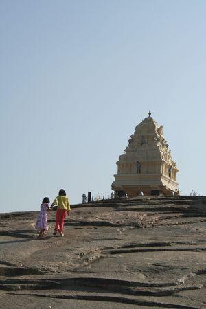 Deux s?urs escalade de rocher lit pour atteindre Kempegowda tour � Lalbagh, Bangalore, en Inde, Asie  Banque d'images
