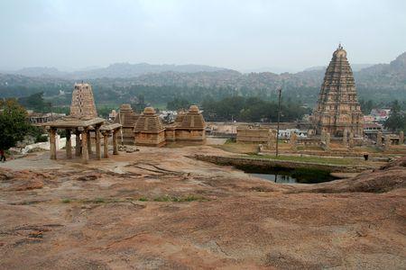 karnataka: Vista de templos y torres de Hemakoota colina, Hampi, Karnataka, India, Asia