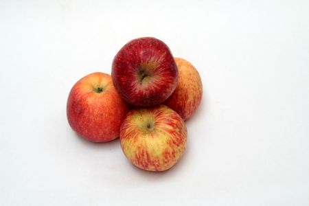 Tas de quatre fruits de pomme sain isol� sur fond blanc