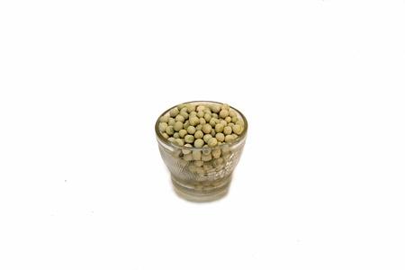 soya bean: Taza de semillas de soja que contiene, aislado en blanco