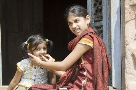 maliziosa: Giochi per bambini, cattivo morso da malizioso sorella minore Archivio Fotografico