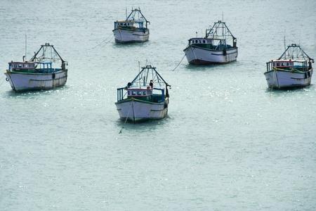 �ber Wasser: Convoy von f�nf Schiffen �ber Wasser zu Meerwasser Lizenzfreie Bilder