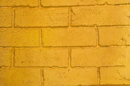 Mur de briques D�sarm� fra�chement peinte en jaune-orange Banque d'images