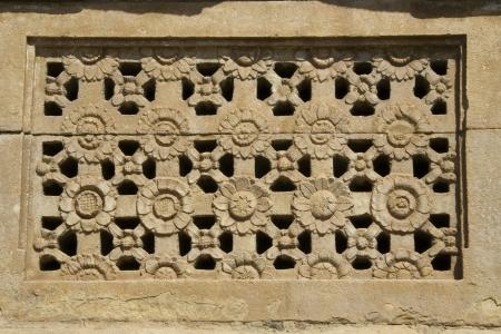 Grav� de fleurs de fen�tre en pierre motif � Ladakhan Temple Aihole pr�s de Bagard, Karnataka, Inde, Asie Banque d'images