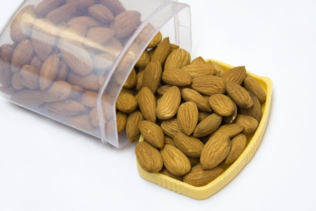 healthful: Sirviendo almendras saludables de recipiente herm�tico