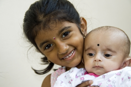 Sourire fille portant son petit fr�re sur l'�paule
